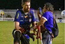 Photo of Goleiro se ajoelha para dar entrevista a repórter deficiente de Itaporanga na Paraíba