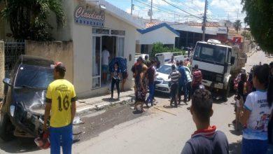 Photo of Acidente: motorista perde controle de caçamba e atinge outros veículos em Itaporanga; Vídeo