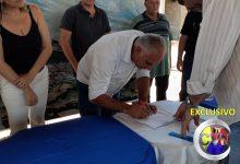Photo of ASSISTA: Prefeito assina ordem de serviço que autoriza obras de construção de escola no loteamento  Adailton Soares em Itaporanga.