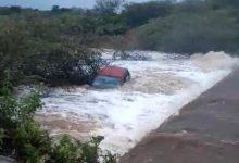 Photo of Carro cai em rio  após ser levado por enchente, em Aguiar no Vale do Piancó; VÍDEO