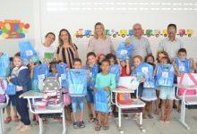 Photo of Alunos recebem kits de material escolar em Itaporanga