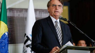 Photo of Bolsonaro coloca academias, salões de beleza e barbearia entre atividades essenciais