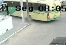 Photo of VÍDEO] Homem perde o equilíbrio e tem corpo esmagado por ônibus, na Paraíba