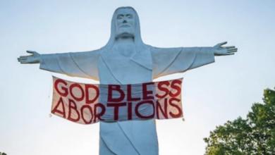 Photo of Ativistas penduram faixa 'Deus abençoe os abortos' em estátua de Cristo